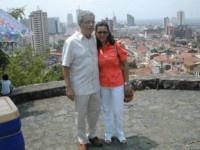La fotografía me muestra, Cali y mi esposa que nació y crió en Colombia.